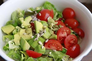 Салат из капусты кудрявой и авокадо